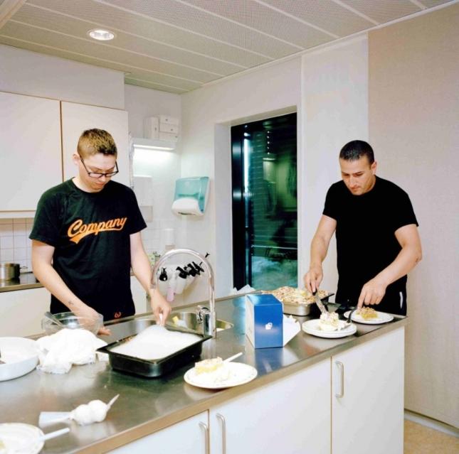Заключенные готовят торт на общей кухне для своего друга в честь его дня рождения.