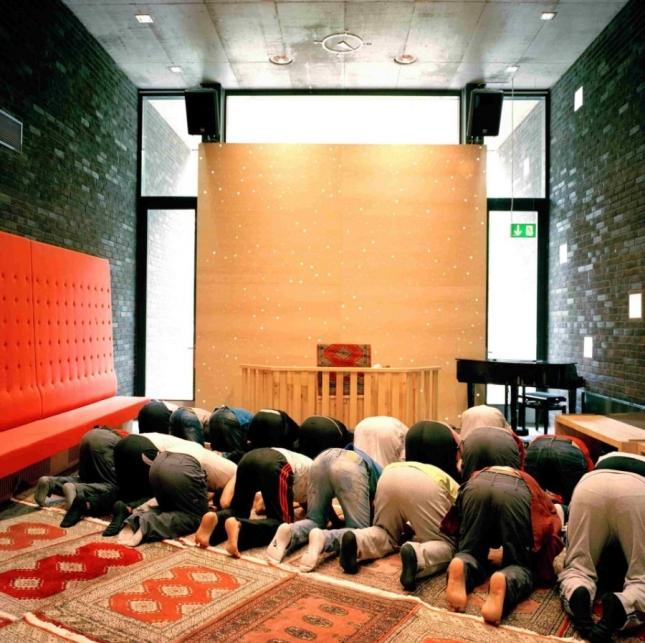 Заключенные, верующие в Аллаха, могут молиться в специальной комнате, где на это время убирают христианскую атрибутику.