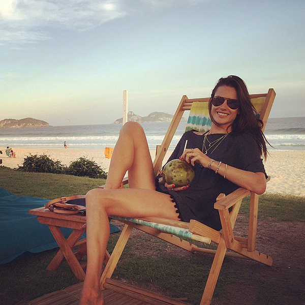 Alessandra-Ambrosio-Vacations-Rio-de-Janeiro (1)