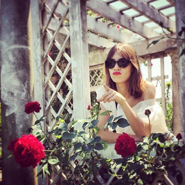 Александр Скарсгард показал свои навыки в деле фотографии, запечатлев свою девушку Алексу в ботаническом саду