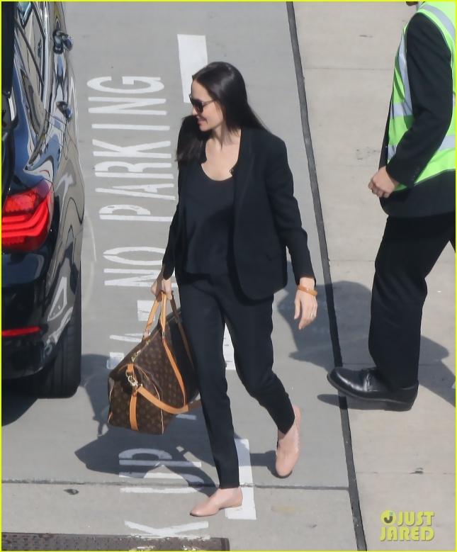 Анджелина Джоли прилетела в Лондон после празднования юбилея (Энджи, шутка ли, стукнуло 40)