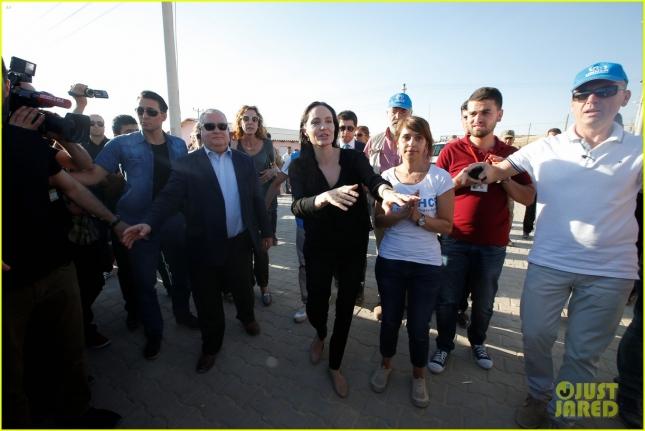 angelina-jolie-visits-syrian-refugee-camp-in-turkey-04