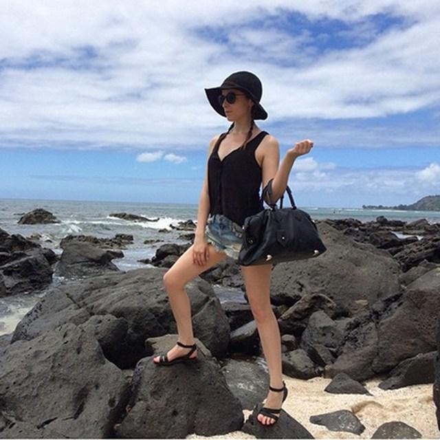 """Анна Кендрик сфотографировалась перед отлетом с Гавайских островов, где снималась комедия """"Майк и Дэйв ищут пару"""""""