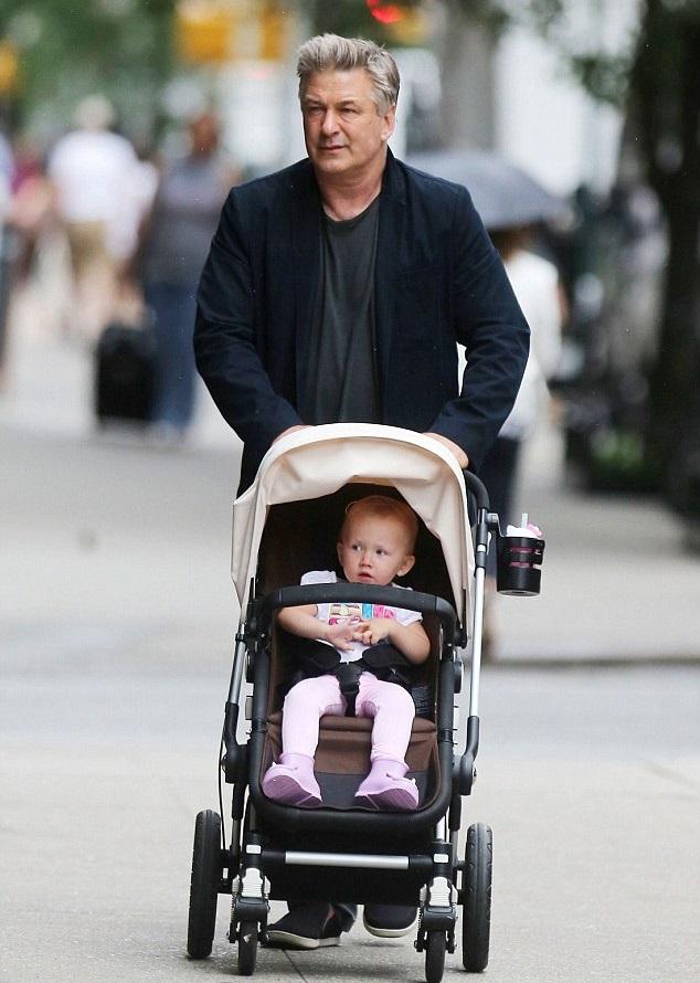 Алек Болдуин с дочкой Кармен на улицах Нью-Йорка 18 июня