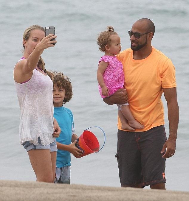 Кендра Уилкинсон с мужем Хэнком Баскеттом и детьми