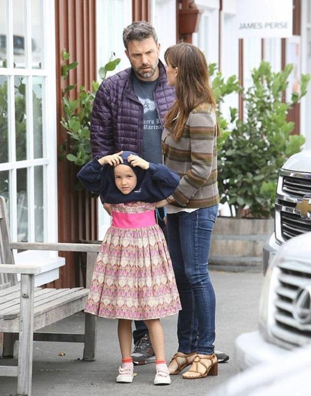 Дженнифер Гарнер и Бен Аффлек с дочерью Серафиной и ее подругой совершили поход в игрушечный магазин