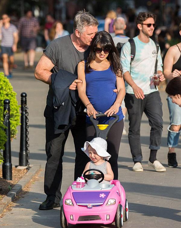 Алек и Хилария Болдуин  с дочкой на прогулке, 2015 год