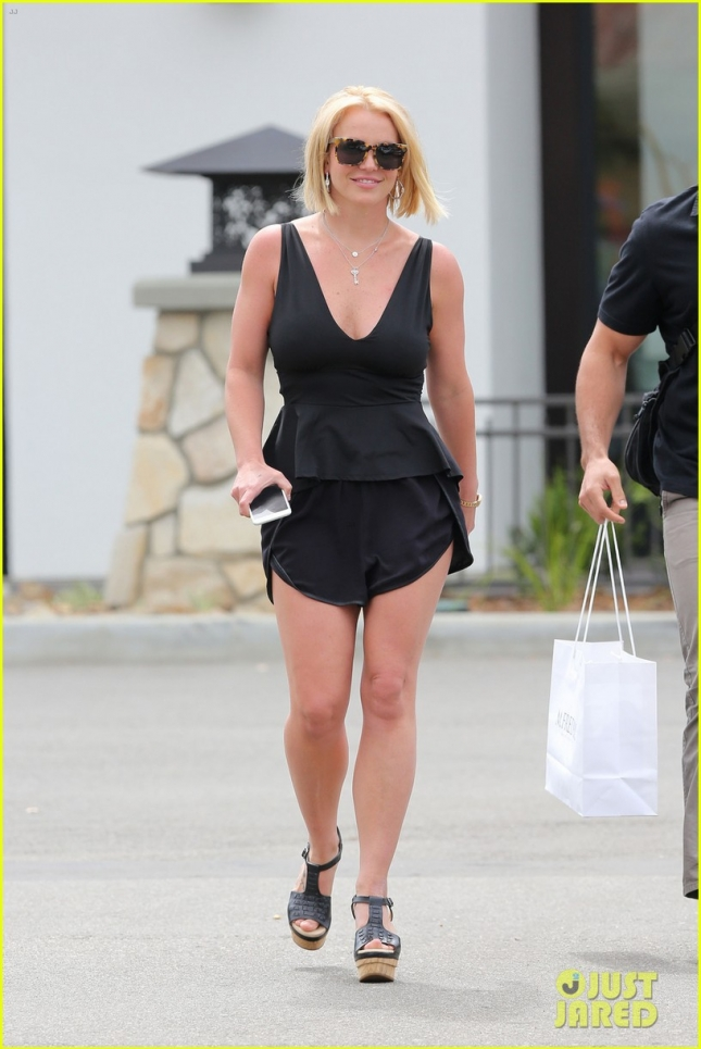 britney-spears-debut-perfect-summer-lob-haircut-03