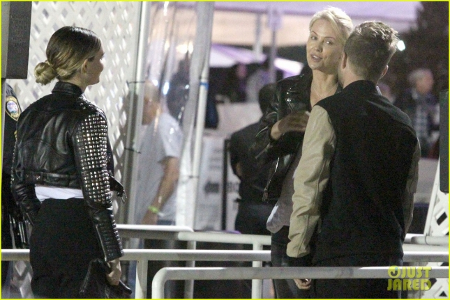 charlize-theron-aaron-paul-chat-it-up-at-u2-concert-18