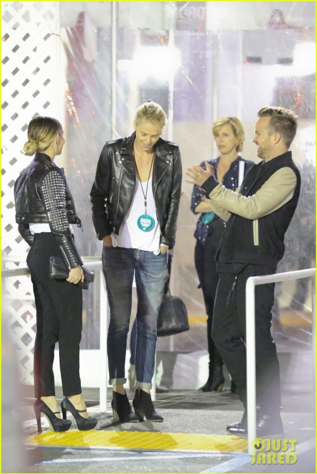charlize-theron-aaron-paul-chat-it-up-at-u2-concert-20