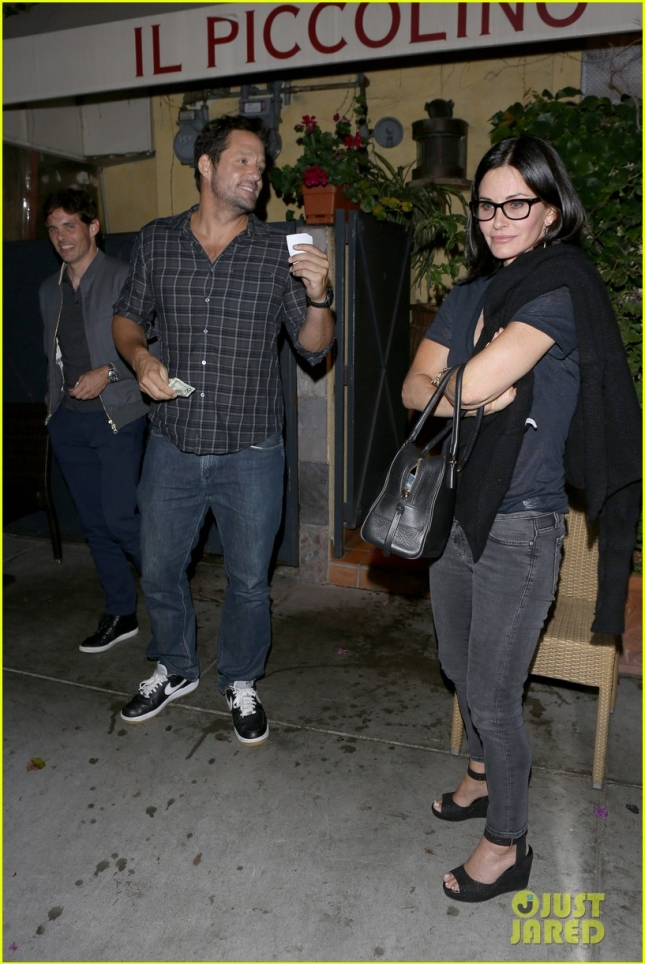 courteney-cox-would-love-to-have-friends-reunion-at-wedding-01