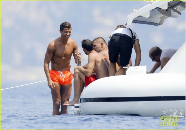 cristiano-ronaldo-bares-hot-shirtless-body-again-in-monaco-33