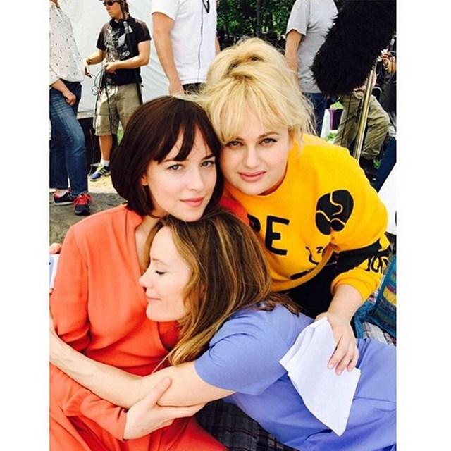 Дакота Джонсон, Ребел Уилсон и Лесли Манн очень сплотились, снимаясь вместе