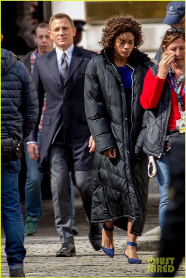 """Дэниел Крейг и Наоми Харрис на съемках """"Спектра"""" в Лондоне"""