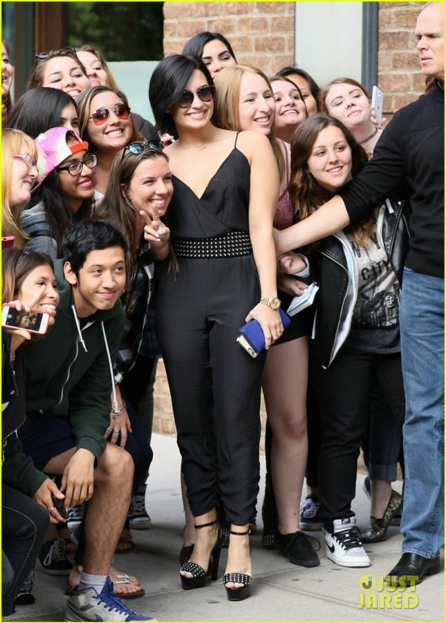Деми Ловато фотографируется с поклонниками в Нью-Йорке