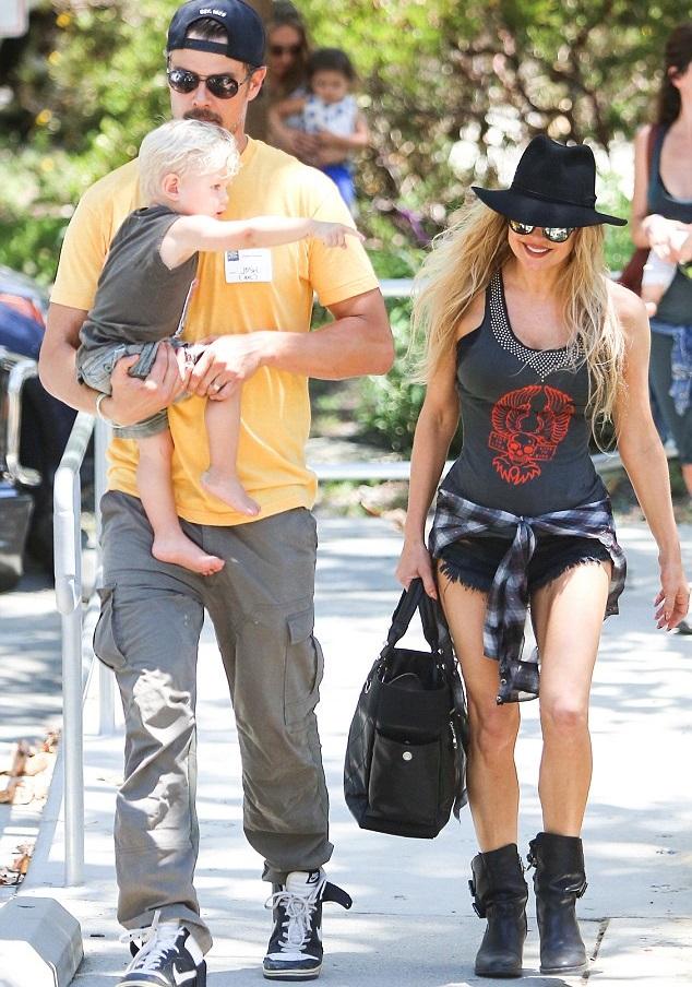 Ферджи и Джош Дюамель с сыном в парке в Брентвуде 19 июня