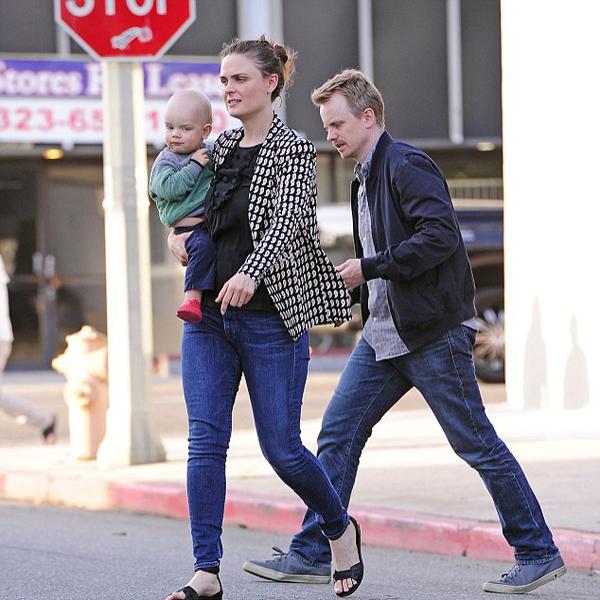 Эмили Дешанель и Дэвид Хорнсби с сыном Генри на прогулке