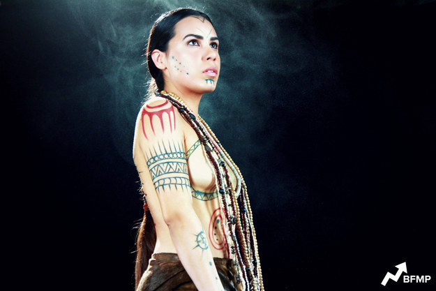 Покахонтас, «Покахонтас», начало 17 века, Вирджиния Исторические данные не очень точны, но все же именно в эти годы Джон Смит впервые нашел в штате Вирджиния индейское племя Поуватан. Реальной Покахонтас было всего 11 лет, она была дочерью Похатан, носила оленью кожа на бедрах и множество стеклянных бус на шее. В холодное время на плечи накидывала тяжелый кожаный плащ. В племени было принято считать девочку состоявшейся женщиной в 13, она могла выходить замуж и состричь волосы до плеч. В детстве девочки длинную косу, которую заплетали скромно и всегда только одну, две не плели. Чем выше был статус женщины, тем больше было узоров на ее теле, нарисованные ягодами и маслами растений. Если женщина была очень знатная, на ее лице делали долговременные татуировки, а узоры на теле были не только абстрактными, но изображали тотемных животных и растения.