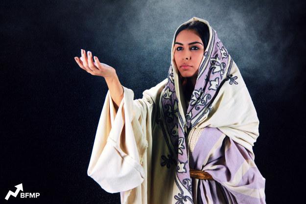 Жасмин, «Аладдин», четвертый век н.э., Аравийский полуостров. Истории «Тысячи и одной ночи» наглядно повествуют нам, когда и где эта история должна была произойти. Намекает на это постоянное употребление фразы «салам», распространенного арабского приветствия. Есть и косвенные намеки. Когда джинн превращает Аладдина в принца Али, он проговаривает историческое время  - третье столетие. Так что самое вероятное время написания сказки – 4 век нашей эры.Ислам стал религией лишь в 7 веке нашей эры, а в те времена женщины доисламского периода одевались скромно (куда скромнее, чем чаровница жасмин в мультфильме). Носили паранджу различной длины и степени открытости. Некоторые оставляли открытыми не два глаза, а один. А более знатные особы, к коим относилась и Жасмин, могли даже показывать волосы, но и крой одежды значительно отличался. Красить глаза кайалом могли только женщины знатного происхождения.