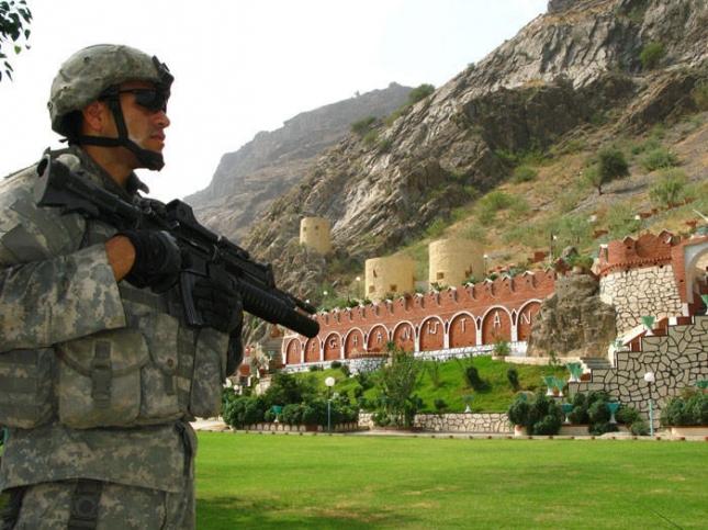 Афганистан и Пакистан Американский часовой на посту возле ворот Торхам, которые являются одним из основных способов пересечения границы между Афганистаном и Пакистаном.