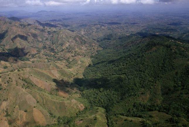 Гаити и Доминикана. Дикая пустынная страна и богатая лесами  - другая.