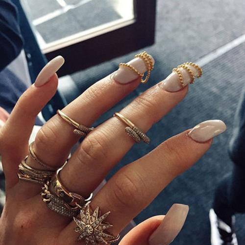 золотые цепи и пастельные тона=модный маникюр