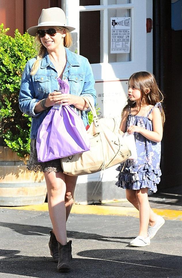 Сара Мишель Геллар с дочкой