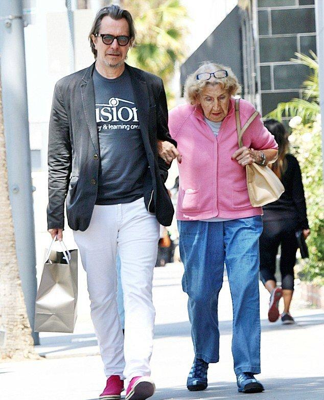Гэри Олдмен со своей 95-летней мамой