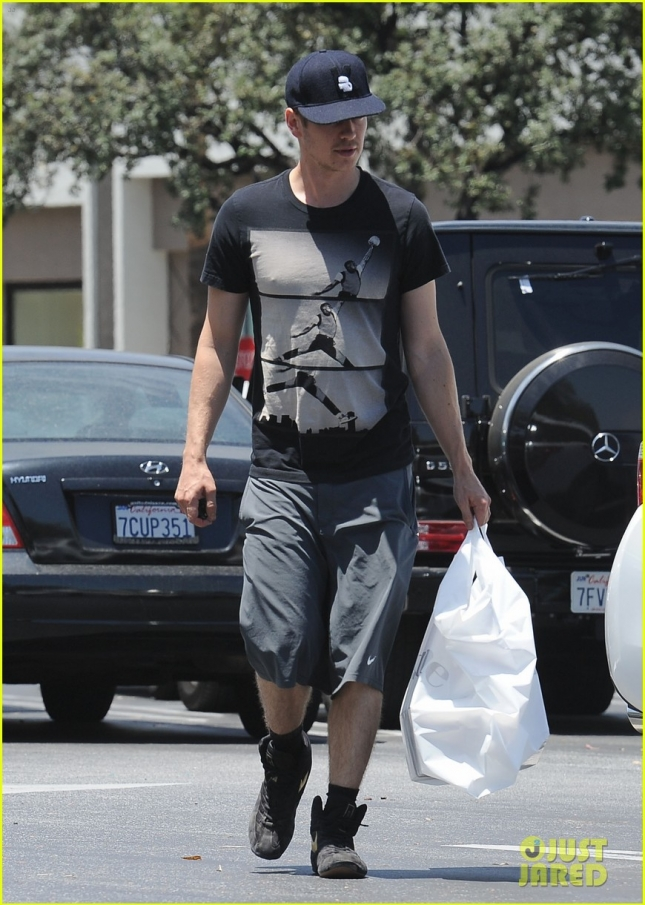 hayden-christensen-pumps-iron-after-running-errands-01