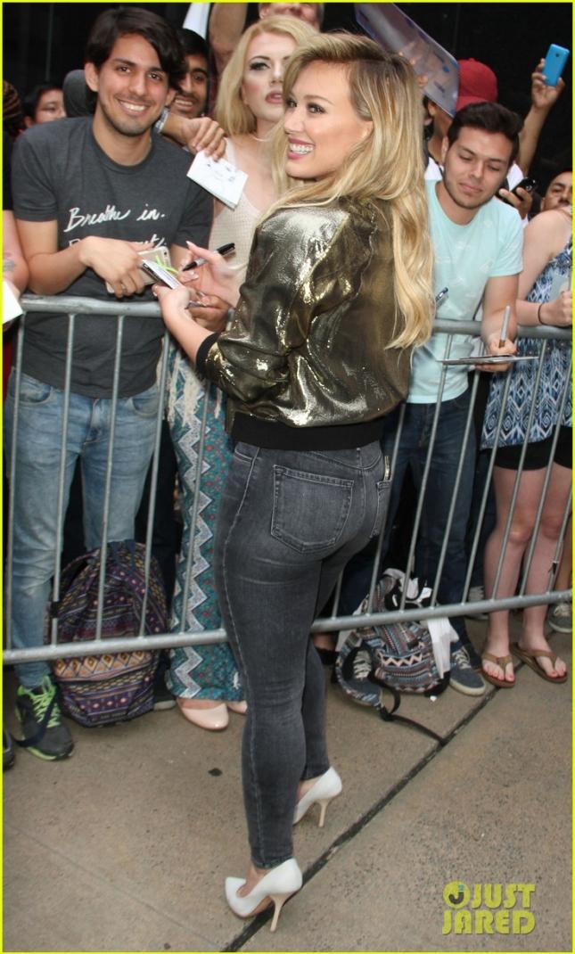 Хилари Дафф раздает автографы пришедшим на шоу