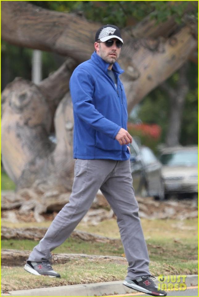 Бен Аффлек снова у того же дерева и снова идёт забирать из школы своих девочек
