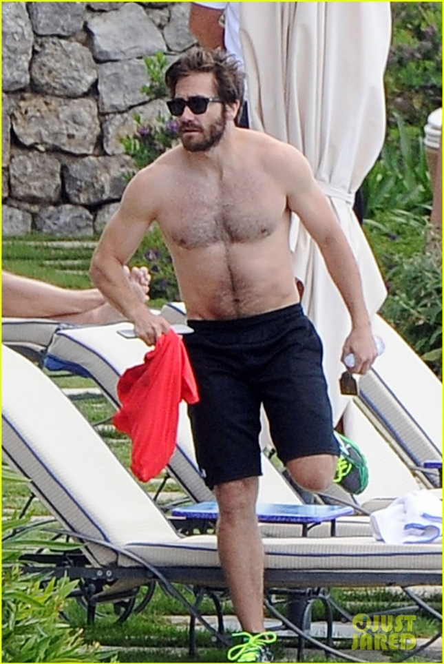 jake-gyllenhaal-goes-shirtless-during-italy-vacation-with-greta-caruso-03