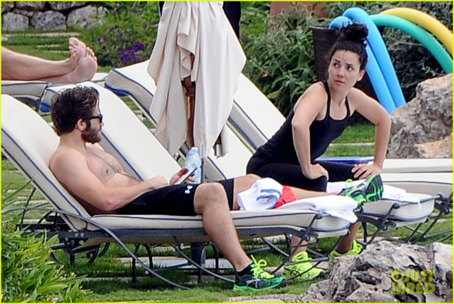 jake-gyllenhaal-goes-shirtless-during-italy-vacation-with-greta-caruso-06