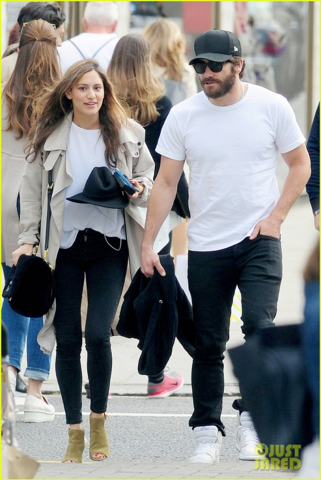 jake-gyllenhaal-grabs-dinner-with-anna-liban-in-london-01
