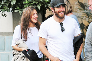 jake-gyllenhaal-grabs-dinner-with-anna-liban-in-london-03