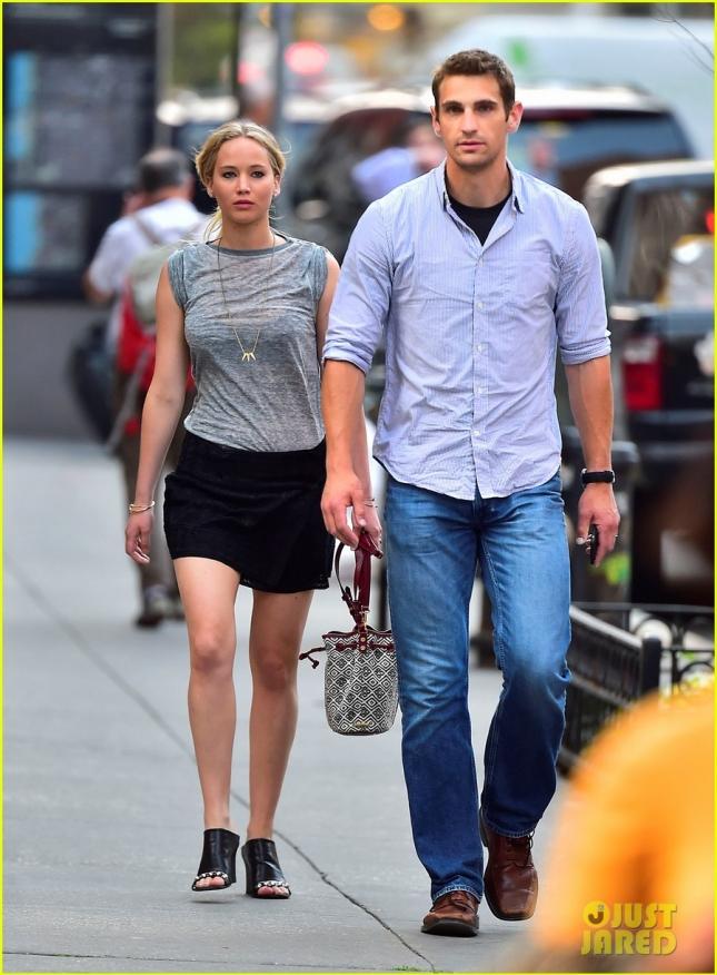 Дженнифер Лоуренс в сопровождении своего телохранителя Грега прогулялась по Нью-Йорку