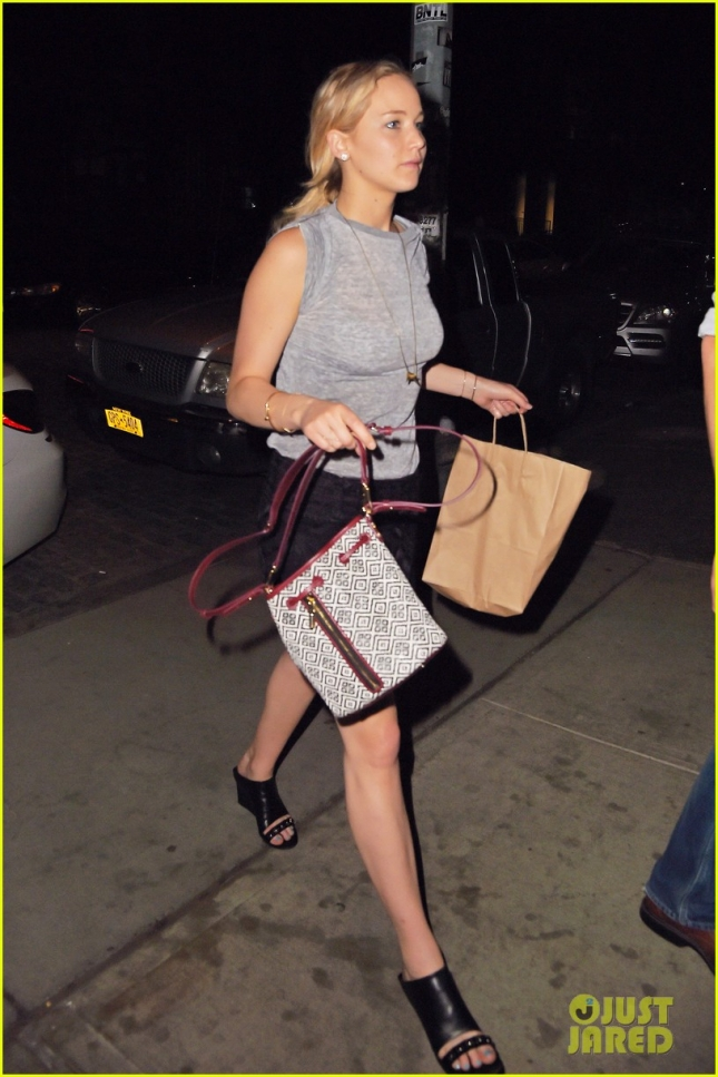 jennifer-lawrence-returns-to-nyc-hotel-after-fun-night-01