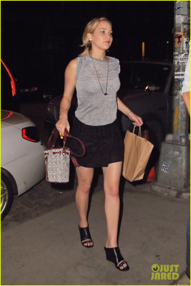 jennifer-lawrence-returns-to-nyc-hotel-after-fun-night-03