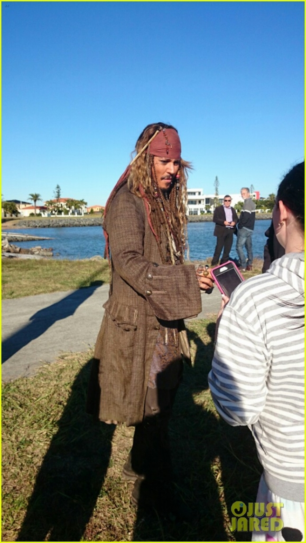 """Джонни Депп в своём, кажется, пожизненном образе Джека Воробья приветствует поклонников в Австралии, где ведутся съемки пятой части """"Пиратов Карибского моря"""""""