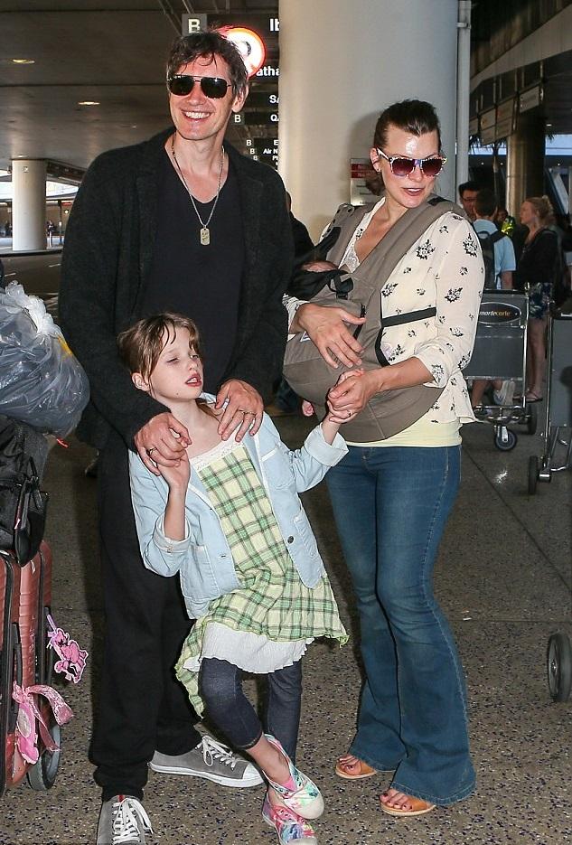 Милла Йовович и Пол Андерсон с дочками в международном аэропорту Лос-Анджелеса после итальянских каникул