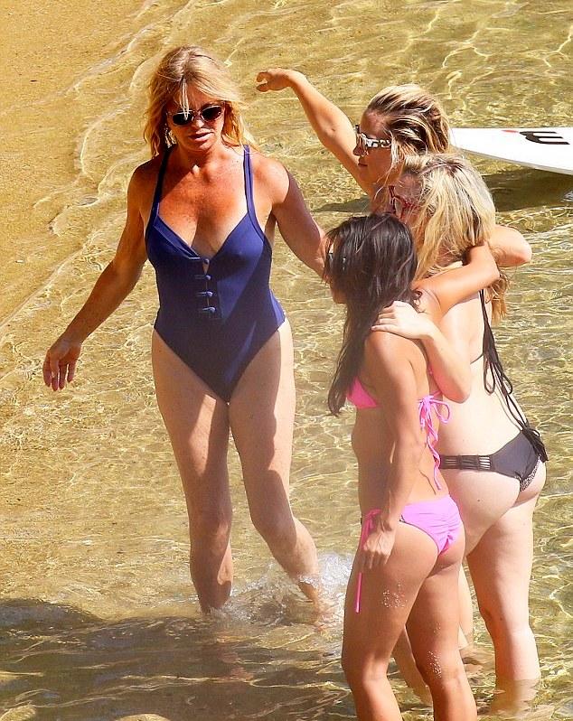 Кейт Хадсон и 69-летняя Голди Хоун с друзьями в Скиатос, Греция