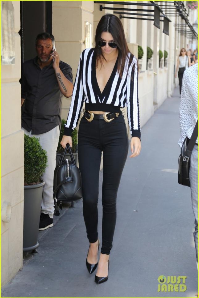 Кендалл как обычно работает. На фото девушка спешит на репетицию показа Givenchy в Париже.