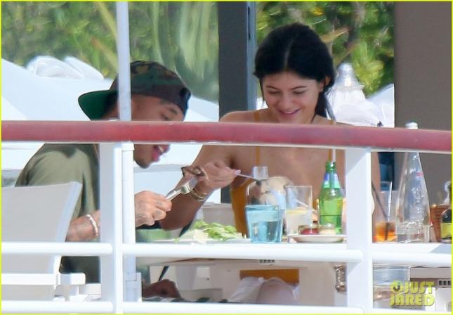 Кайли Дженнер и её бойфренд Тайга отдохнули в Каннах. Накануне их незаметно сфотографировали во время обеда в отеле Eden Roc.