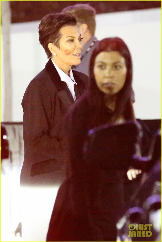 Старшая сестра Клое, Кортни Кардашьян, вместе с мамой Крис Дженнер провела ночь на концерте U2