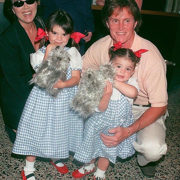 Кайли Дженнер выложила фото с сестрой Кендалл и родителями