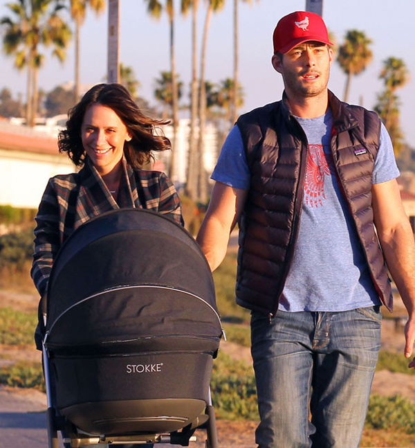 Дженнифер Лав Хьюитт  и Брайан Хэллисей с новорожденной дочкой на прогулке