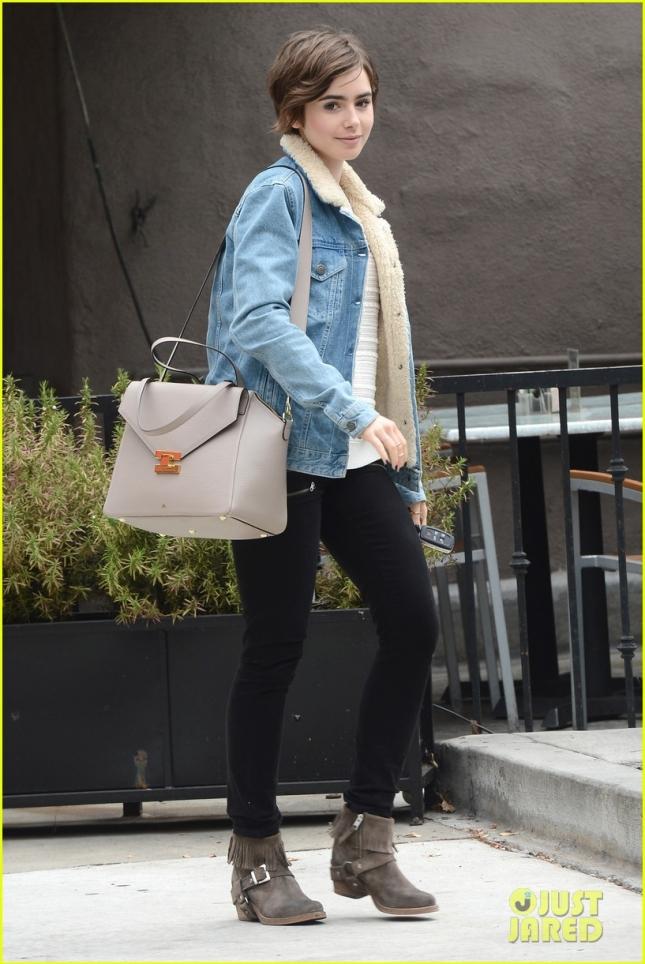 Лили Коллинз на прогулке по Лос-Анджелесу