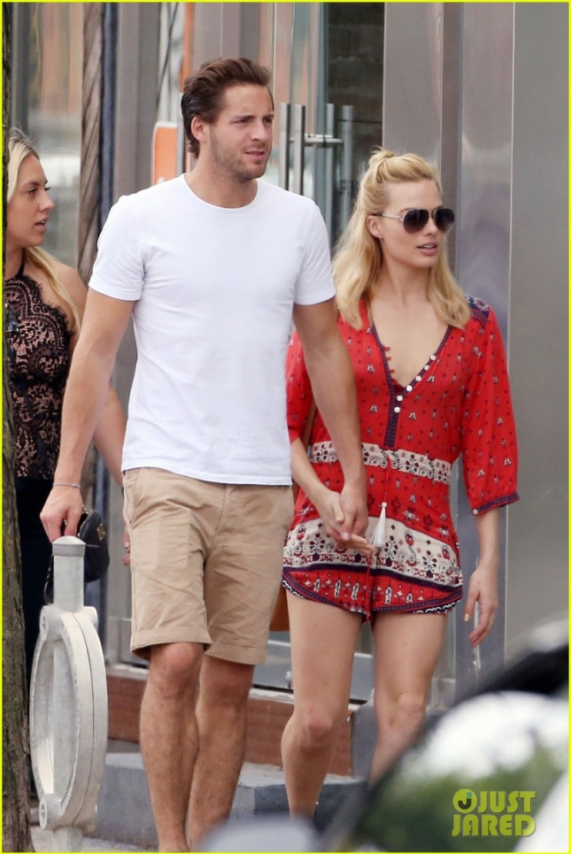 margot-robbie-flaunts-pda-with-boyfriend-tom-ackerley-in-toronto-01