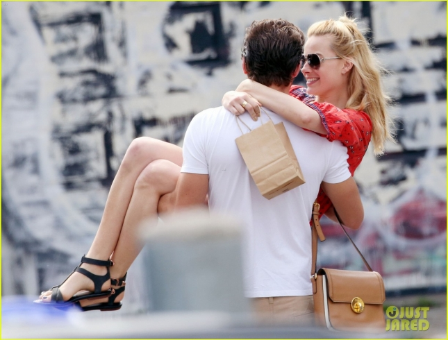 margot-robbie-flaunts-pda-with-boyfriend-tom-ackerley-in-toronto-04