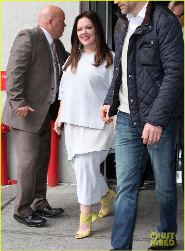 melissa-mccarthy-wears-jon-stewarts-face-on-her-dress-01